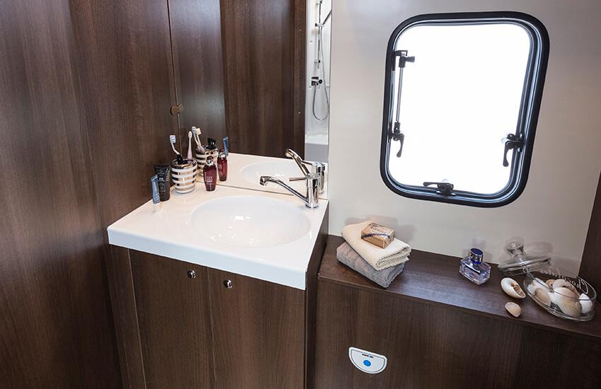 Zefiro 685 washroom